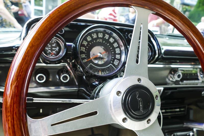 Styrninghjul från den återställda bilen royaltyfria foton