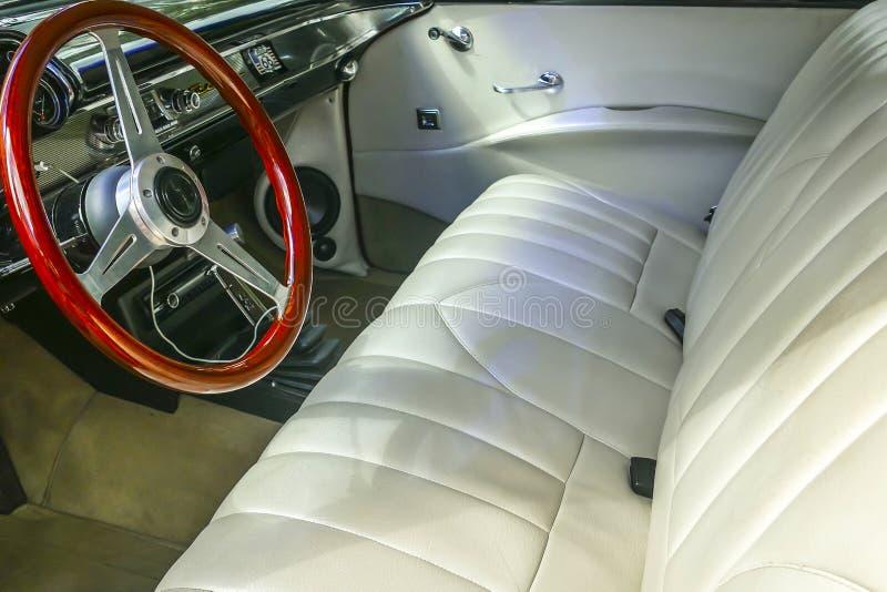 Styrninghjul från den återställda bilen arkivfoto