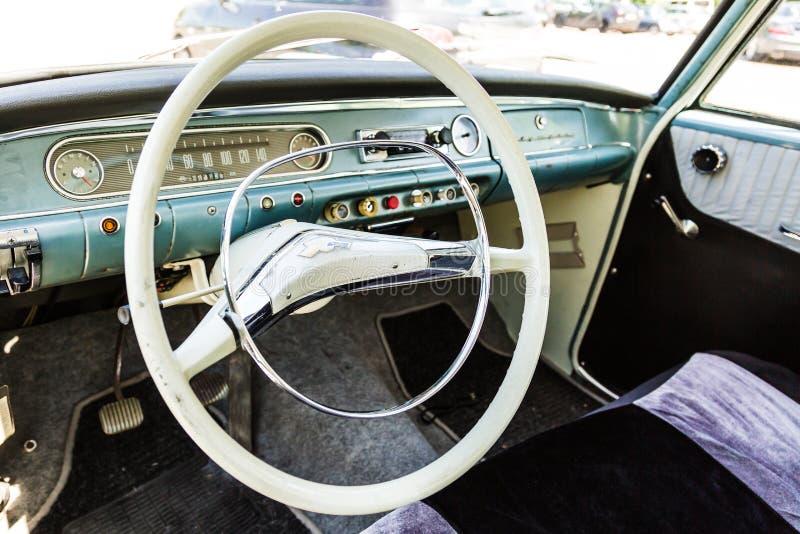 Styrninghjul från den klassiska OPEL REKORD bilen royaltyfria bilder