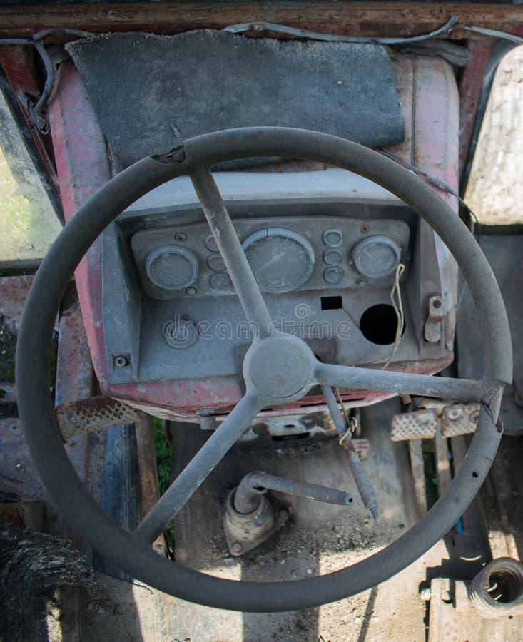 Styrninghjul och bräde av ett gammalt jordbruks- maskineri fotografering för bildbyråer