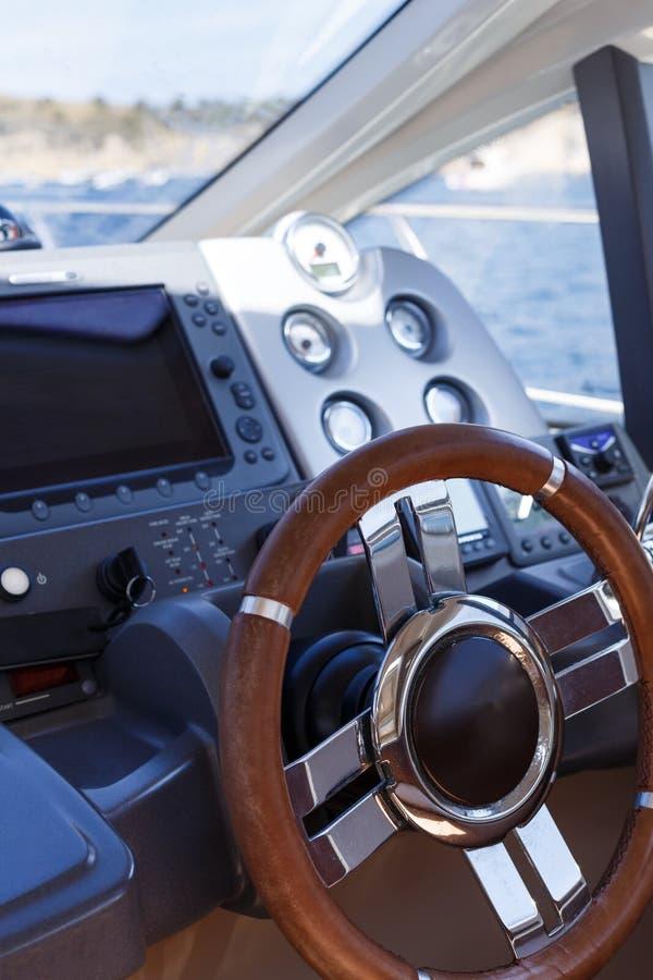 Styrninghjul och kontrollbord på en lyxig yacht fotografering för bildbyråer