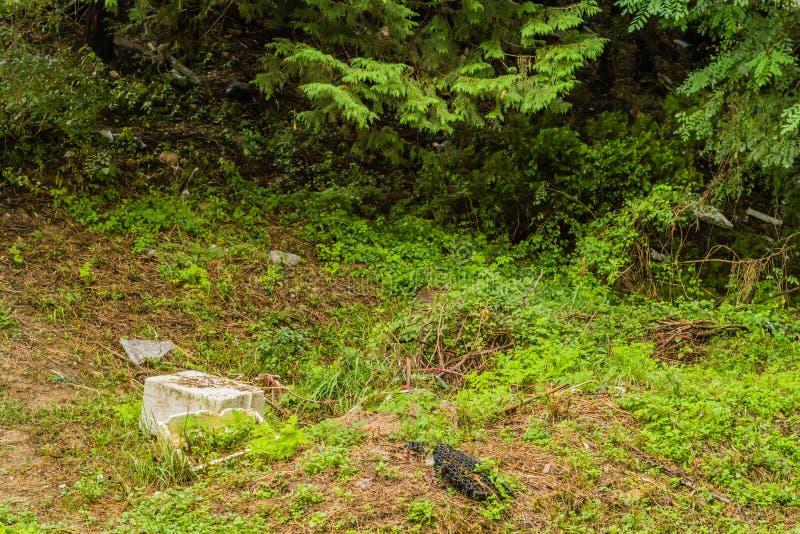 Styrofoam zbiornik i inni gruzy na ziemi zdjęcia stock