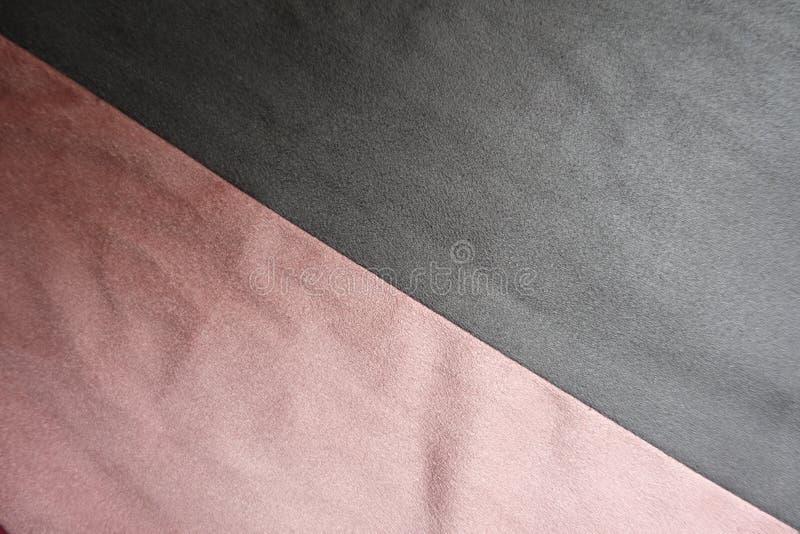 Suède in grijs en diagonaal samen genaaid roze stock afbeelding