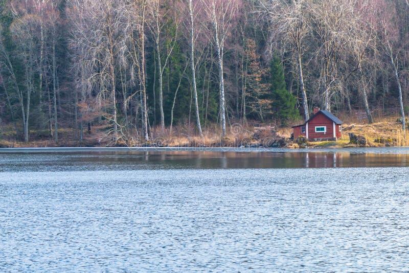 Suécia - 1º de abril de 2017: Alojamento na região selvagem da Suécia fotografia de stock royalty free