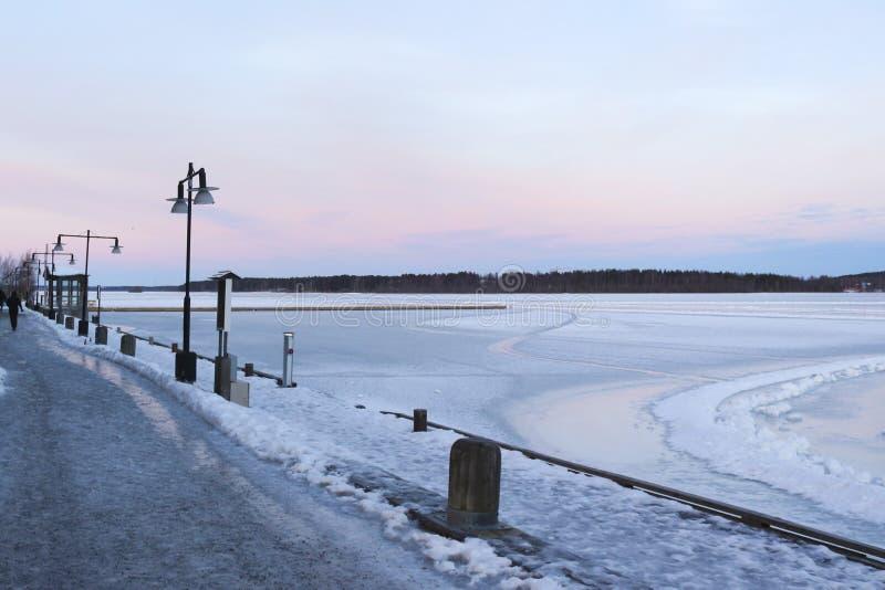 Suécia, manhã do inverno de LuleÃ¥, vista sobre Luleälven fotos de stock