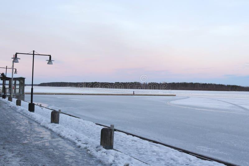 Suécia, manhã do inverno de LuleÃ¥, vista sobre Luleälven fotografia de stock