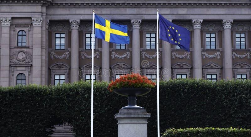 Suédois et drapeau d'UE devant le Parlement suédois photo stock