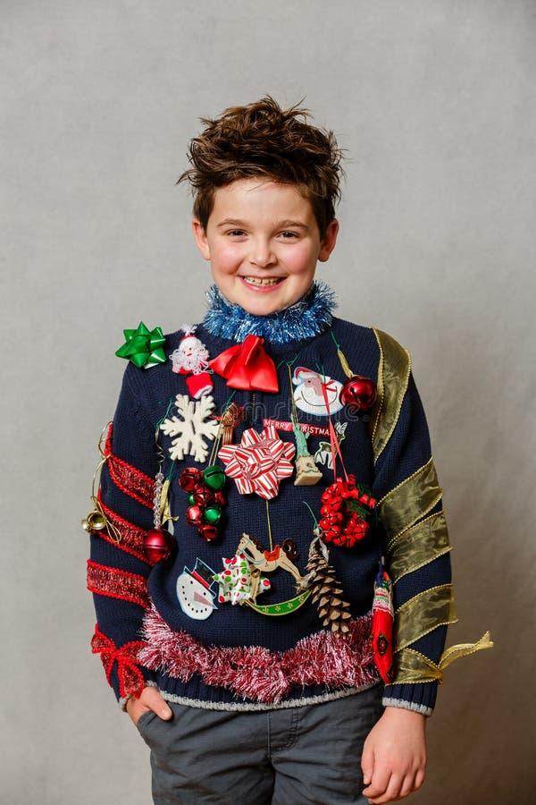 Suéter feo hecho en casa de la Navidad fotografía de archivo libre de regalías