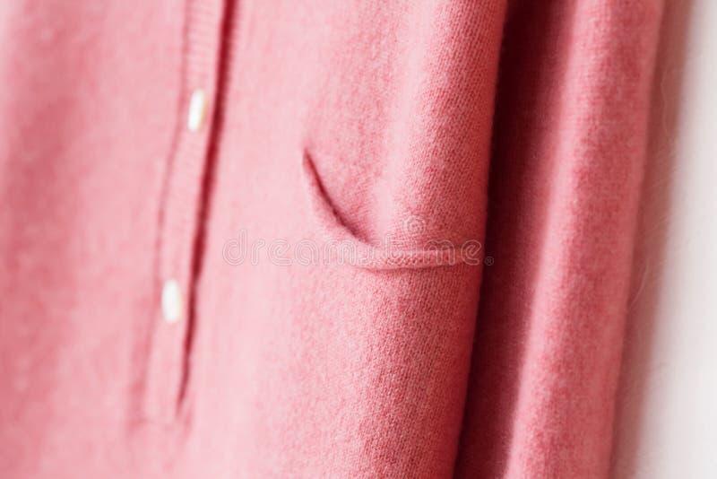 Suéter hermoso, lujoso, hecho punto en el rosa, otoño, invierno, caliente fotografía de archivo