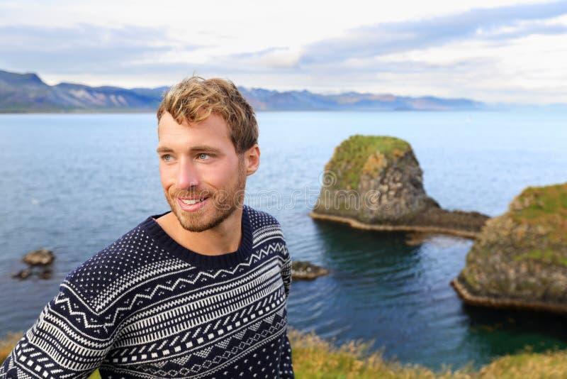 Suéter justo de la isla - hombre hermoso en Islandia foto de archivo libre de regalías