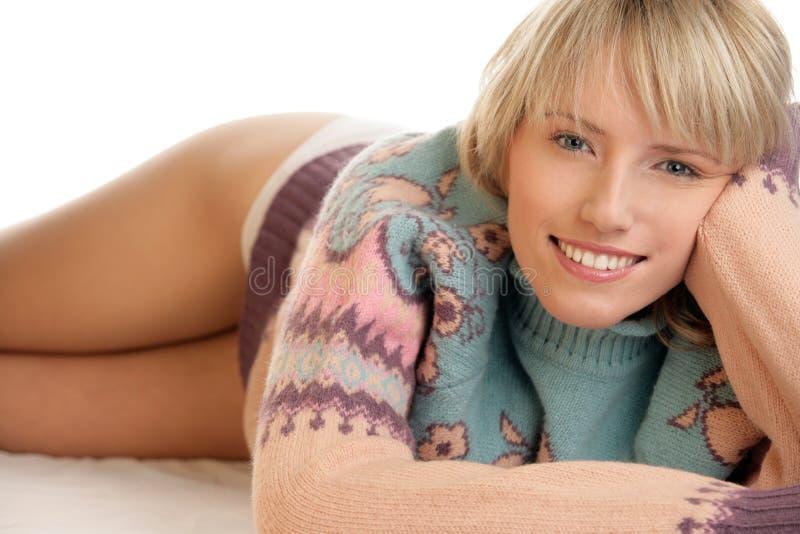 Suéter que desgasta de la mujer de la belleza fotos de archivo