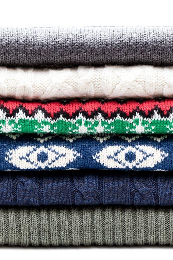 Suéteres doblados de los géneros de punto aislados en blanco Modelo inconsútil horizontal foto de archivo