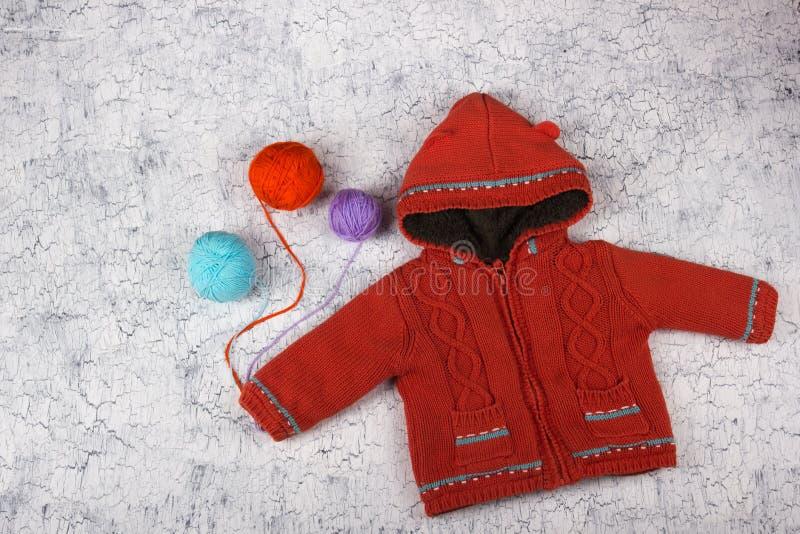 Suéteres hechos punto de las lanas La pila de invierno hecho punto viste en el fondo de madera, suéteres, géneros de punto, espac fotos de archivo libres de regalías