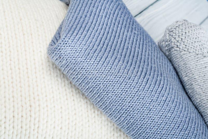 Suéteres hechos punto de las lanas La pila de invierno hecho punto viste en el fondo de madera, suéteres, géneros de punto, espac fotos de archivo