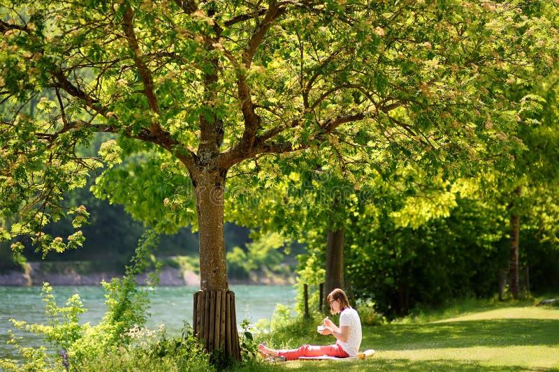 Suíça, Europa - 11 de maio de 2018: Jovem mulher que come o alimento saudável durante sua pausa para o almoço imagem de stock royalty free