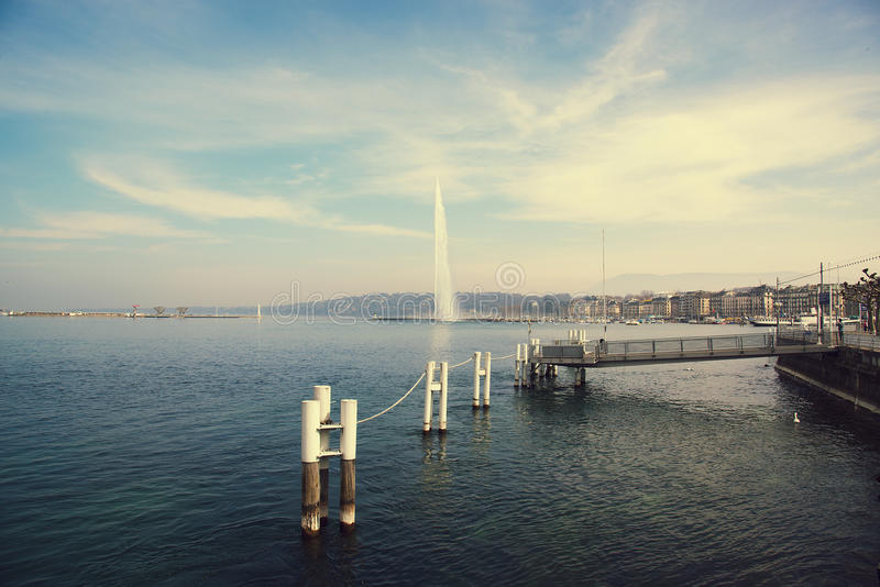 Suíça, Genebra, vista do lago Genebra e a fonte famosa imagem de stock royalty free