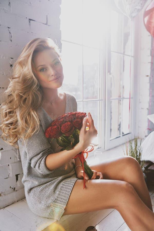 Su belleza brilla a través Mujer joven atractiva que lleva a cabo un bouq foto de archivo libre de regalías