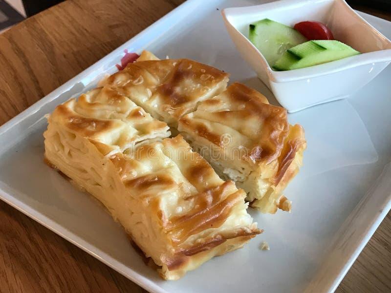Su Boregi/土耳其酥皮点心Borek用蕃茄和黄瓜在餐馆服务 库存图片