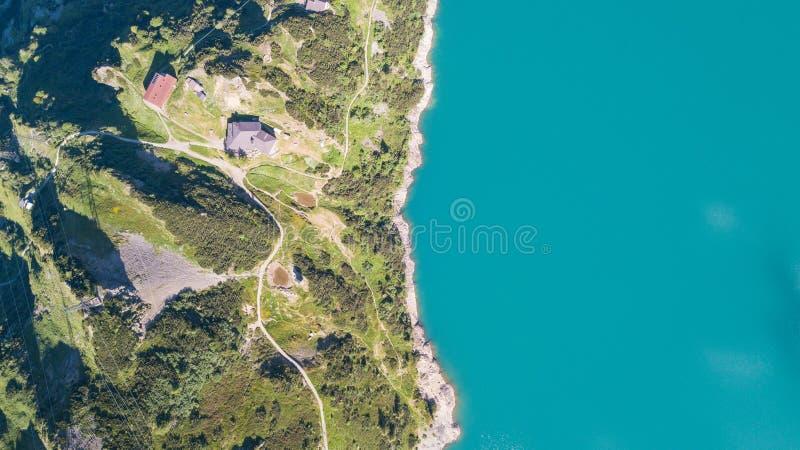 Su e giù la vista aerea del fuco del lago Barbellino un lago artificiale alpino Alpi italiane L'Italia immagine stock libera da diritti