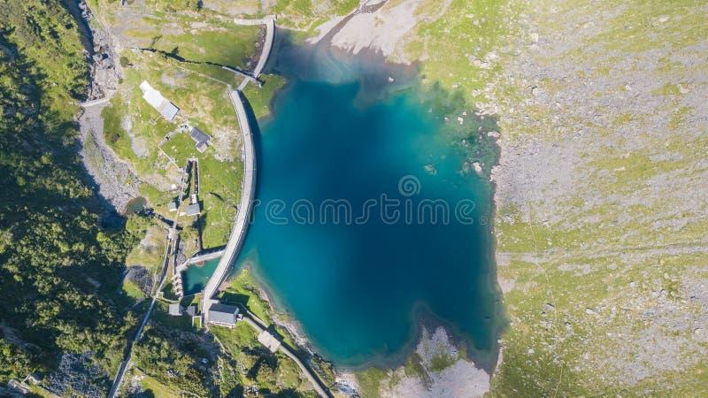 Su e giù la vista aerea del fuco del piccolo ed abbassi il lago Barbellino un lago artificiale alpino Alpi italiane L'Italia fotografia stock libera da diritti