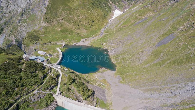 Su e giù la vista aerea del fuco del piccolo ed abbassi il lago Barbellino un lago artificiale alpino Alpi italiane L'Italia immagine stock libera da diritti