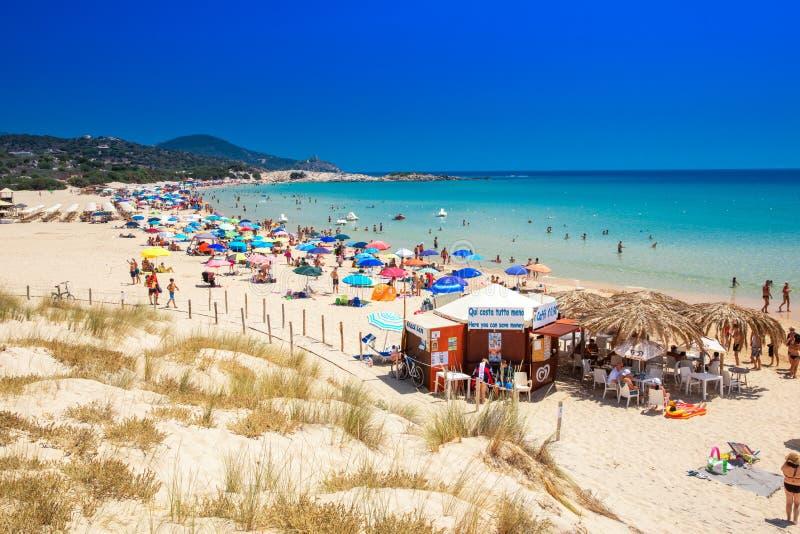 SU Giudeu plaża, Chia, Sardinia CHIA SARDINIA, Sierpień - 2017 - zdjęcie stock
