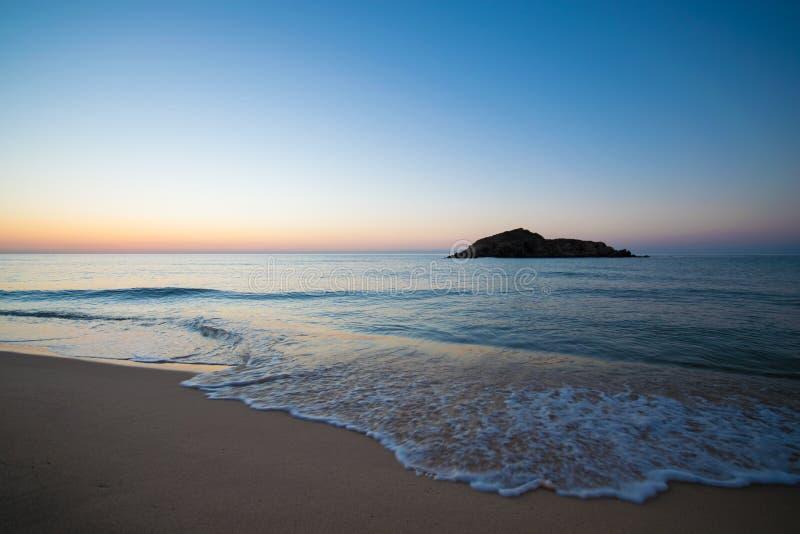 Su Giudeu wyspa przy wschodem słońca, Chia, Sardinia obrazy stock