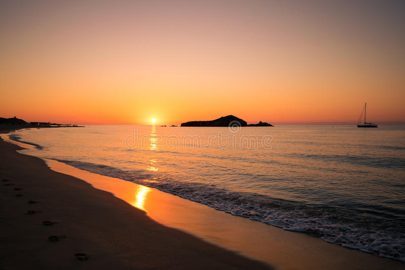 Su Giudeu wyspa przy wschodem słońca, Chia, Sardinia fotografia royalty free