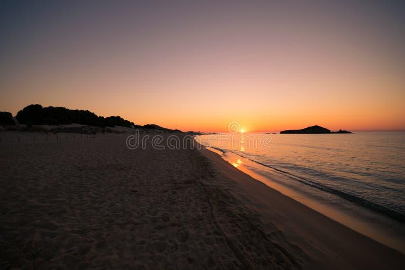 Su Giudeu wyspa przy wschodem słońca, Chia, Sardinia fotografia stock
