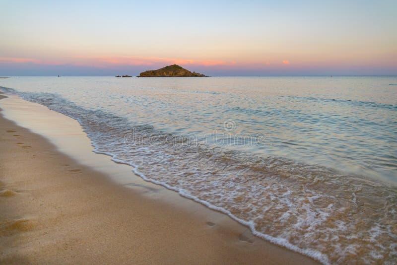 Su Giudeu wyspa przy zmierzchem, Chia, Sardinia obraz royalty free