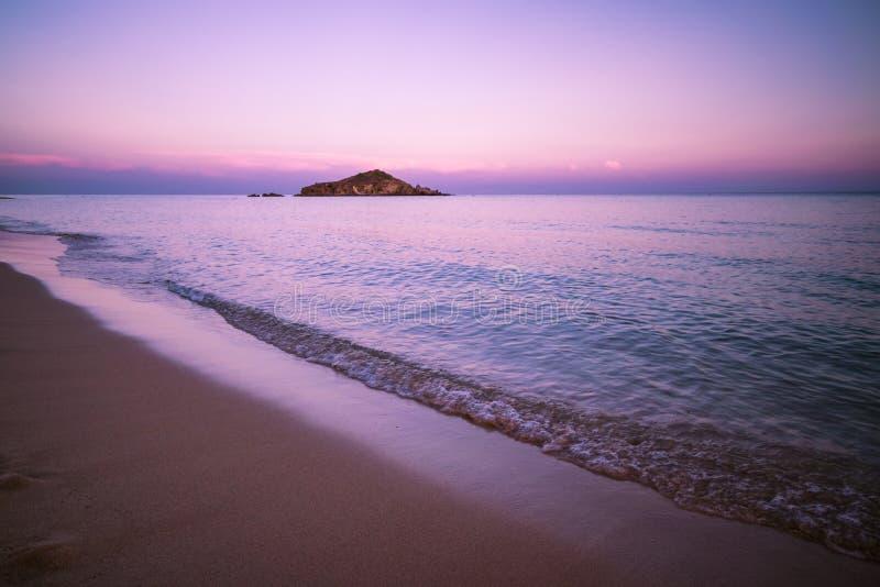 Su Giudeu wyspa przy zmierzchem, Chia, Sardinia zdjęcie stock