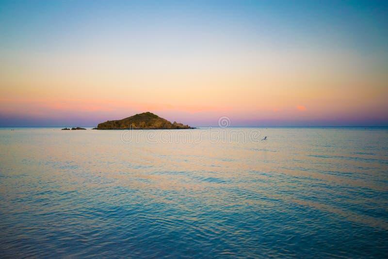 Su Giudeu wyspa przy zmierzchem, Chia, Sardinia fotografia royalty free
