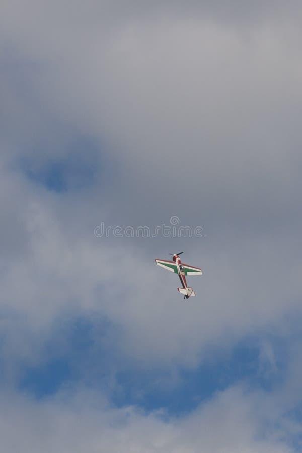 SU-26M Acrobatics Stunt Plane che esegue gli elementi in aria durante l'avvenimento sportivo di aviazione fotografie stock libere da diritti
