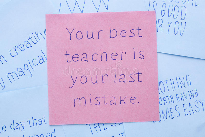 Su mejor profesor es su error pasado escrito en nota foto de archivo libre de regalías