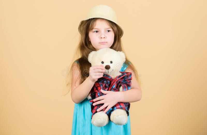 Su mi juguete Juguete de abrazo del oso de peluche del pequeño niño Niño adorable de la muchacha con la muñeca linda del peluche  imagen de archivo