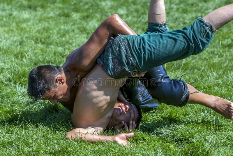 A su opositor en el festival de lucha del aceite turco de Elmali en Elmali en Turquía domina a un luchador joven imagen de archivo libre de regalías