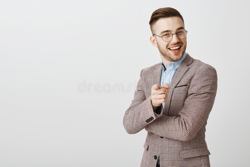 Su promesa de las ideas Hombre de negocios elegante contento y encantado en chaqueta y vidrios formales de moda que sonríe y que  imágenes de archivo libres de regalías