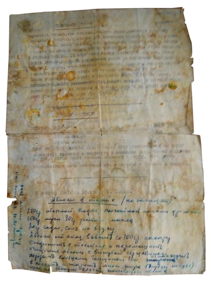 Su un fondo bianco è una ricetta molto vecchia per pasta per kulich, scritta a mano, parte del testo su una macchina da scrivere  fotografia stock libera da diritti