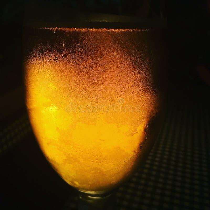 Su un fondo scuro con un vetro di birra immagine stock