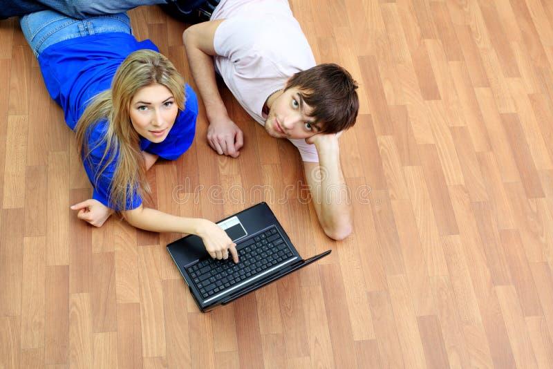 Su un pavimento con il computer portatile immagini stock libere da diritti