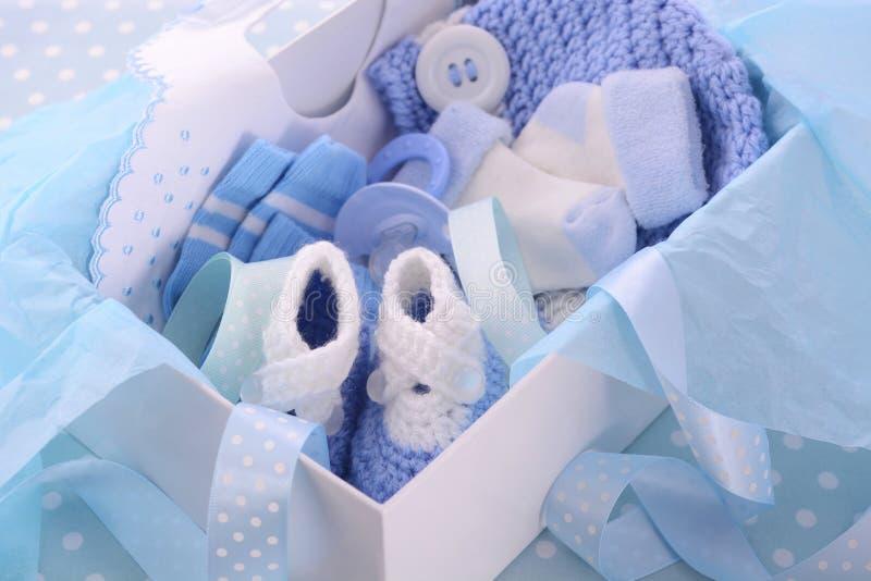 Su una caja de regalo azul de la fiesta de bienvenida al bebé del muchacho foto de archivo