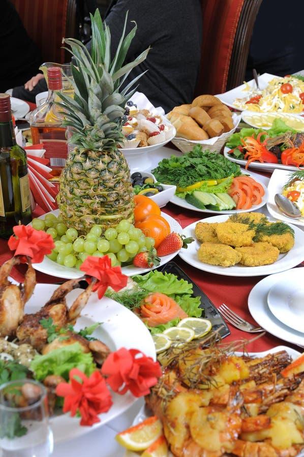 Su una tabella ci è molto alimento. immagini stock