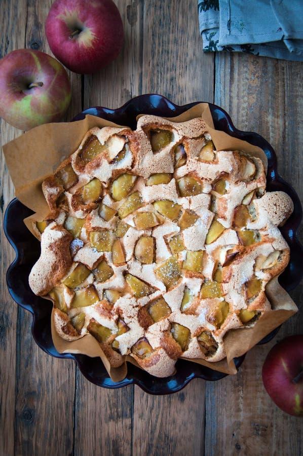 Su una tavola di legno nella forma per la torta di mele bollente dalla pasta dell'aria e dalle mele fresche fotografia stock libera da diritti