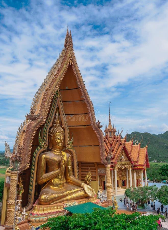 Sua do tham de Wat, estátua grande da Buda no templo tailandês na província de Kabchanaburi, Tailândia imagem de stock