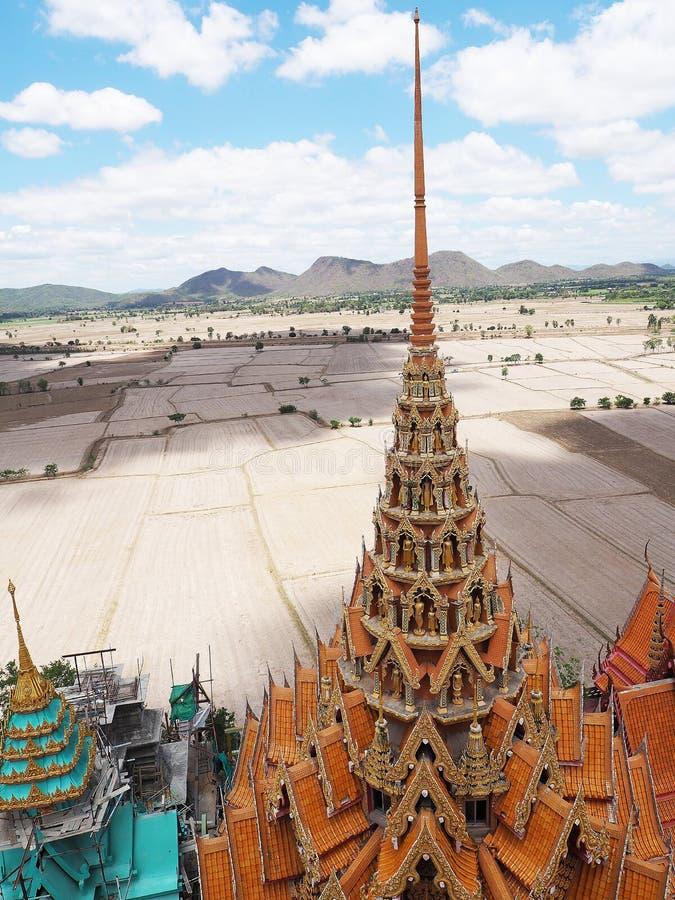 Sua tailandês do thum de Wat do templo em Kanjanaburi foto de stock