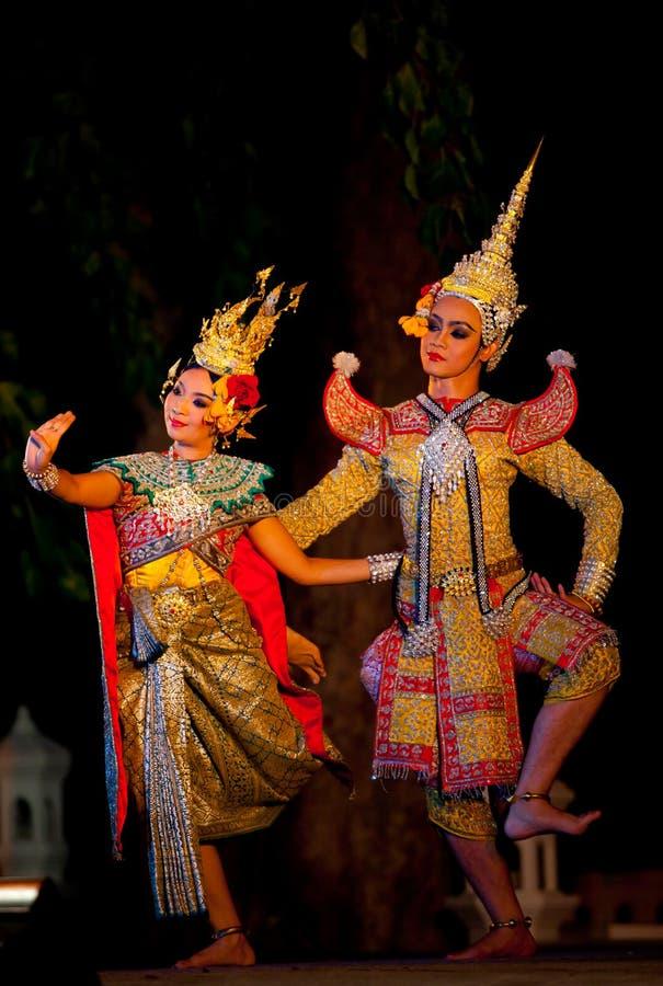 Suan Santichaiprakarn, Thailand - Jun 12.2010: De dansers voeren traditionele Thaise dans uit tonen stock fotografie