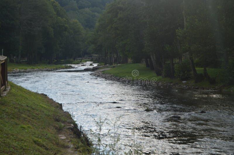 Suarna rzeki spokój Na Swój przepustce Navia De Suarna Przy zmierzchem Natura, architektura, historia, Uliczna fotografia Sierpie zdjęcie stock