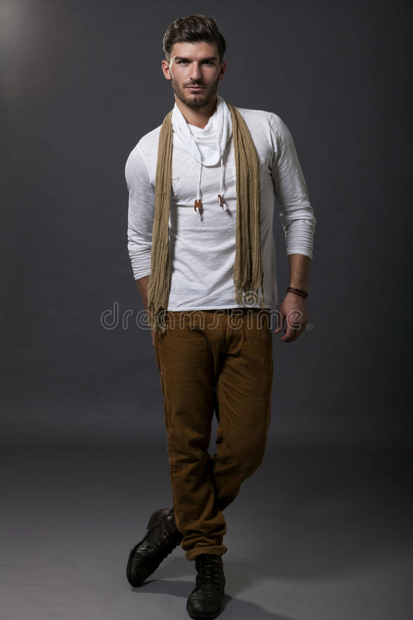 Suave όμορφος μοντέρνος νεαρός άνδρας στοκ φωτογραφίες