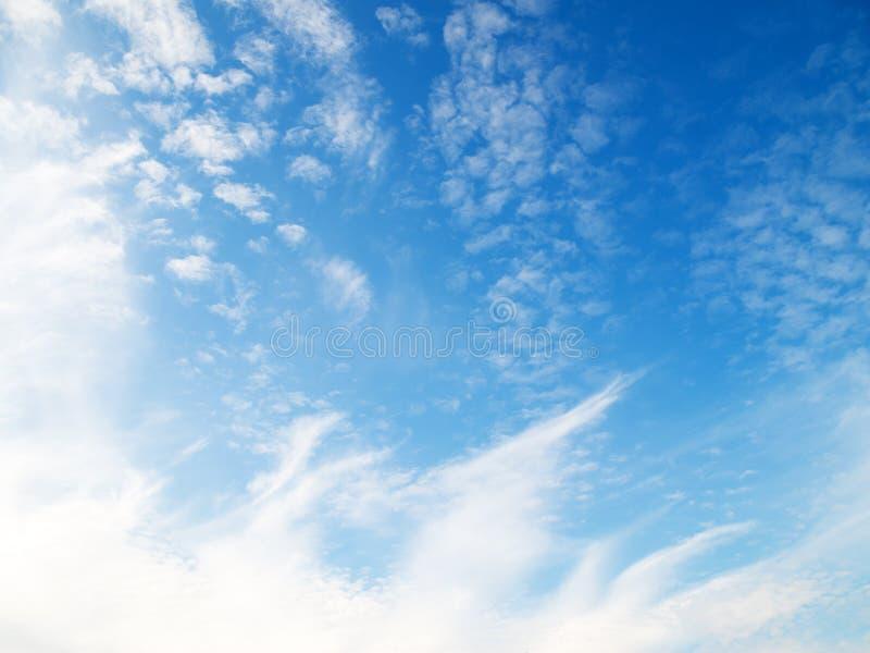 Suavemente nubes en el cielo azul fotografía de archivo libre de regalías