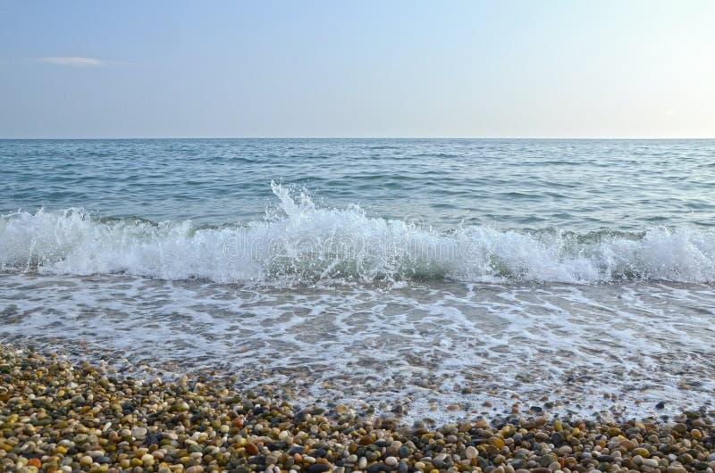 Suavemente trate la onda con suavidad en el Mar Negro fotografía de archivo